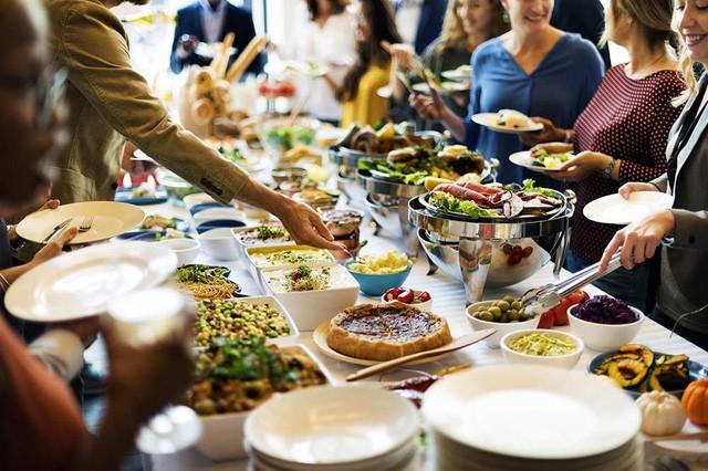 """Buffet - Mô hình kinh doanh """"lời không tưởng"""": Khách ăn càng nhiều, nhà hàng càng lãi, nhờ áp dụng cả kinh tế học và tâm lý học FnB Việt Nam"""