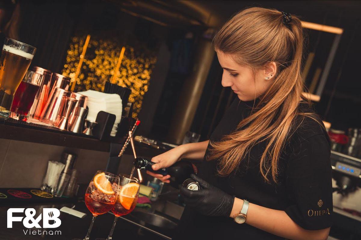 Giữa Nam Và Nữ - Ai Làm Tốt Vai Trò Của Bartender Hơn